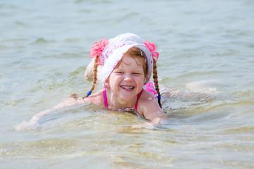 Молодая рыжая купается фото 509-504