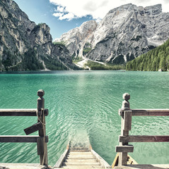 Holztreppe in den Lago di Braies, Dolomiten