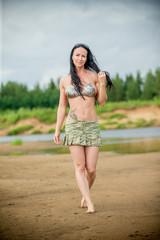 Рыжеволосая загорелая спортивная девушка фото
