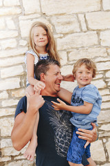 Vater mit Tochter und Sohn in Kroatien, Novigrad