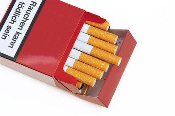 offene Zigarettenschachtel mit Warnhinweis