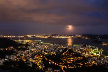 Lua Cheia sobre a Baia de Guanabara em noite de  Natal de 2015. Mostra a cidade iluminada e reflexo da lua sobre a Lagoa.