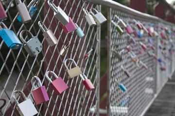 Liebesschlösser hängen am Zaun