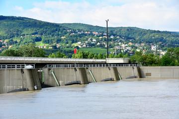 Einlaufbauwerk Langenzersdorf mit offener Schleuse bei Donau Hochwasser