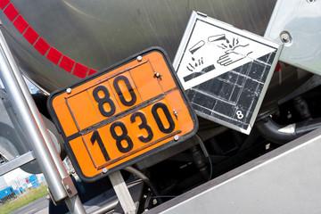 orange Gefahrentafel mit Gefahrnummer 80 und UN-Nummer 1830 (Schwefelsäure)