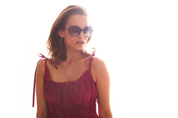 Frau mit Sonnenbrille im lila Kleid