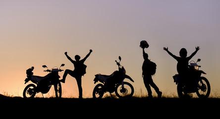 doğada gezen motorsikletçi ekibi