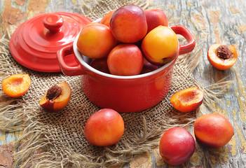 Персики в кастрюле.