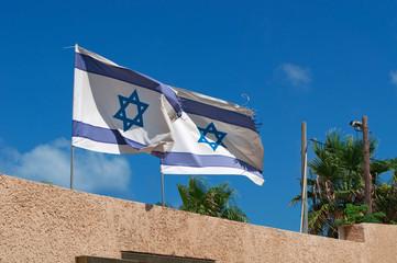 Tel Aviv: due bandiere di Israele al vento il 31 agosto 2015. La Bandiera di Israele fu adottata il 28 ottobre 1948, 5 mesi dopo la nascita dello Stato di Israele