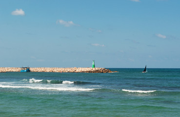 Tel Aviv, Israele: il Mar Mediterraneo, le onde e una barca a vela il 31 agosto 2015