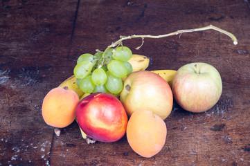 Frutta fresca in primo piano su tavolo antico