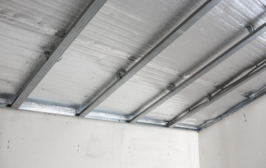 Suspended ceiling of the attic with reflective heat barrier