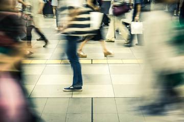 歩く人々 日本