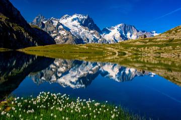 Photo sur Aluminium Reflexion La Meije, le Pavé et le Rateau se reflétant dans le lac du Goléon