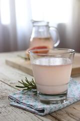 Bicchiere di acqua di pompelmo al rosmarino