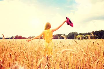 Schöne Frau auf einem Getreidefeld