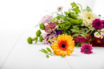 Duftende Blumen auf Holzuntergrund