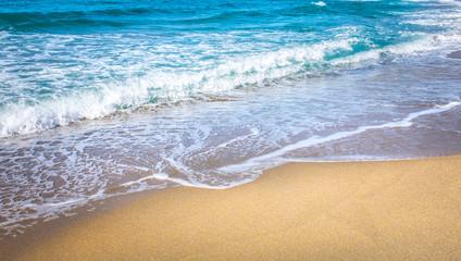 Wall Mural - Strand mit türkisblauem Wasser und goldenem Sand im Sommer