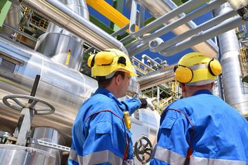 Arbeiter in einer Industrieanlage - Raffinerie zur Verarbeitung von Erdöl // Workers in an industrial plant - refinery for processing crude oil