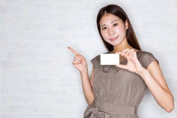 カードを持つ女性