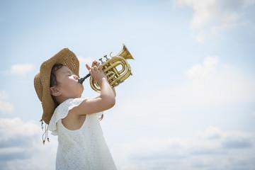 トランペットを演奏する少女