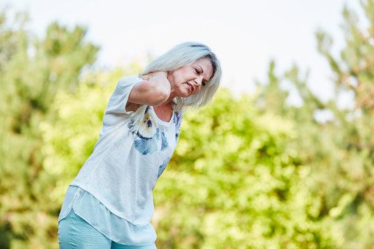 Alte Frau hat Nackenschmerzen