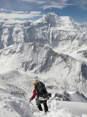 Descent from Pik Korzhenevskaya (7105 m). Pik Ismoil Somoni (7495 m) im Hintergrund.