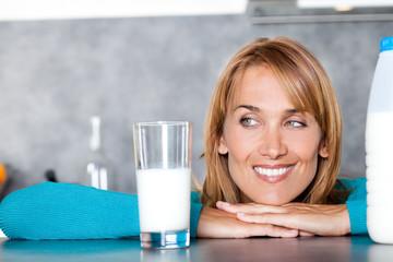 portrait de femme souriant avec un verre de lait