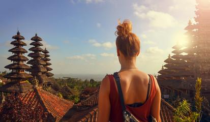 Junge Frau in einer Tempelanlage auf Bali (Besakih Tempel)