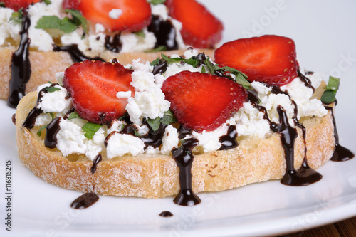 "Sandwich with ricotta and strawberries"" Imagens e fotos de stock ..."