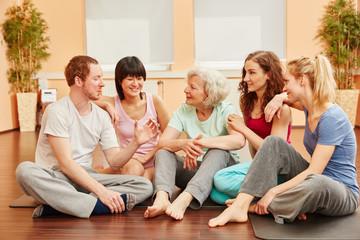 Freunde reden als glückliche Gruppe