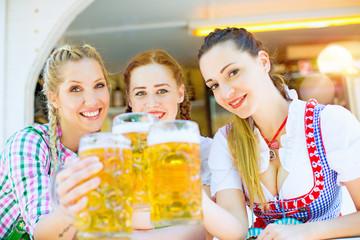 Frauen stoßen mit Bier an