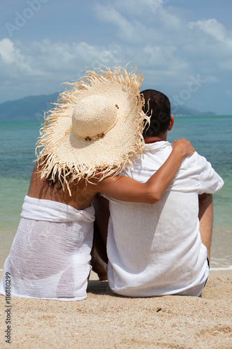 "Couple De Dos couple assis de dos sur une plage au bord de la mer"" stock photo and"