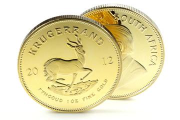 Südafrikanische Krügerrand Goldmünzen isoliert auf weißem Hintergrund