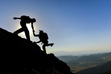 zirveye tırmanan dağcılar & yardımlaşan dağcılar