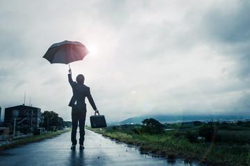傘を差すビジネスマン,雨上がりの空