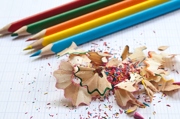 crayons de couleur et taillures sur cahier d'écolier