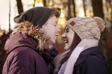 verliebtes lachendes Paar im Herbstwald