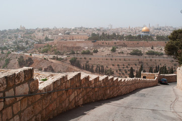 Gerusalemme, Israele: vista della Cupola della Roccia dal Monte degli Ulivi durante una tempesta di sabbia il 10 Settembre 2015