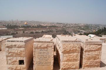 Gerusalemme, Israele: vista della Cupola della Roccia e del Cimitero ebraico sul Monte degli Ulivi durante una tempesta di sabbia il 10 Settembre 2015