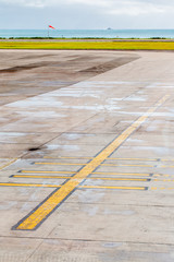marquages au sol sur le tarmac d'un aéroport