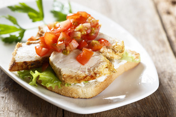 Toast sandwich with chicken, curry and tomatoes