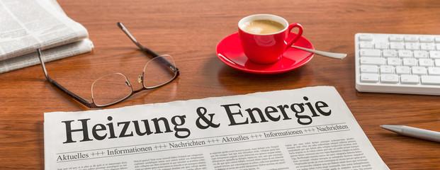 Zeitung auf Schreibtisch - Heizung und Energie