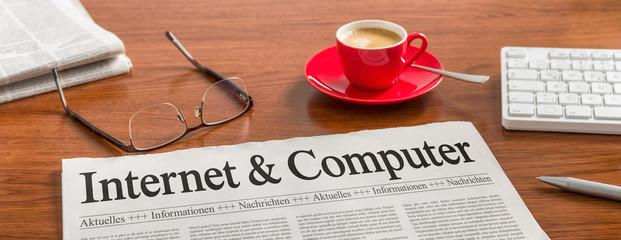 Zeitung auf Schreibtisch - Internet und Computer