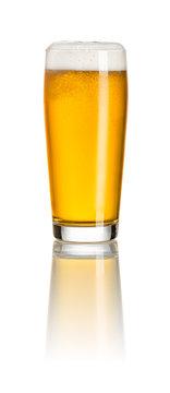 Helles Bier in einem Willibecher vor weißem Hintergrund