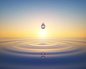Wassertropfen im Ozean im Sonnenuntergang