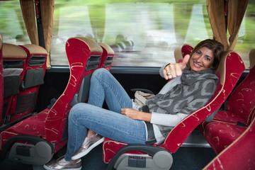 Donna seduta sul bus