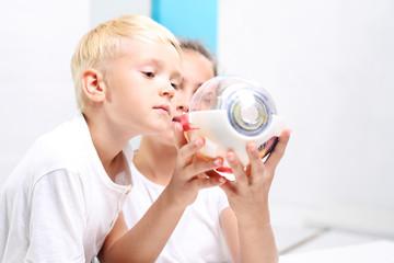 Oko. Dzieci oglądają model oka w laboratorium szkolnym.