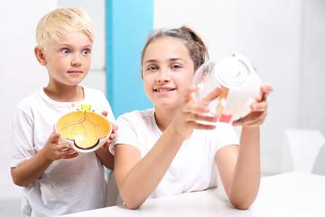 Jak zbudowane jest oko? Dzieci oglądają model oka w laboratorium szkolnym.