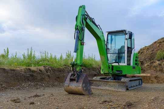 grüner Bagger Baustelle Neubau